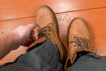 pies masculinos: Hombres pies en botas de invierno en el suelo. vista en primera persona.