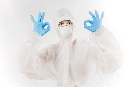 riesgo quimico: profesional femenino en traje con capucha para la protección de riesgo biológico sobre el fondo blanco.