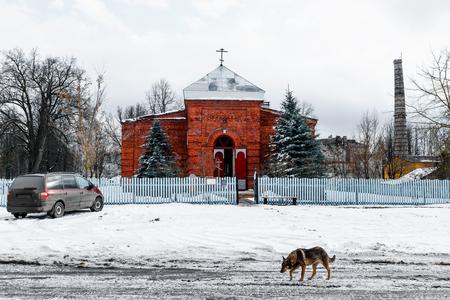 Red Cross: Exterior de la iglesia ortodoxa en el interior de Rusia.