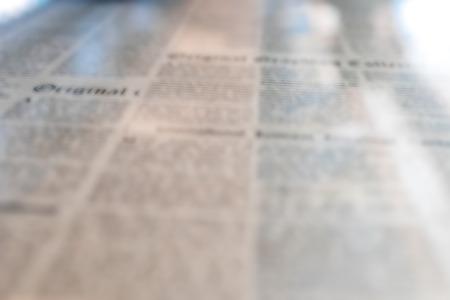 oude krant: Weefsel beeld van oude krant onder het glas op de tafel.