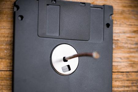 fixed: discette obsoleta fija en la pared de madera por el clavo. El concepto de almacenamiento de datos incorrecto.