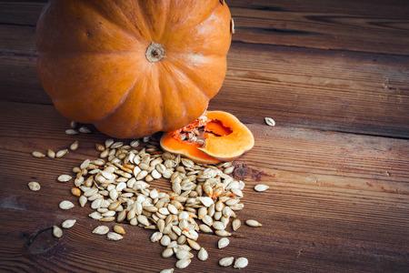 calabaza: semillas de calabaza y calabaza en el fondo de madera comida sana