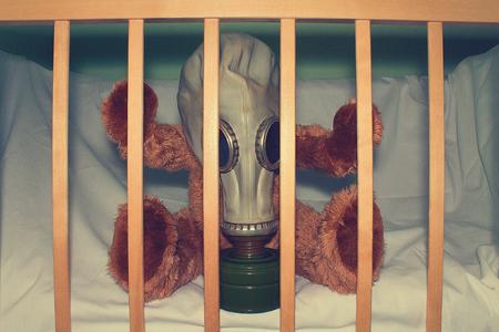 Un giocattolo in maschera antigas come concetto per proteggere i bambini dall'uso di armi a gas, dall'inquinamento ambientale e dalla Giornata internazionale della memoria per le vittime della catastrofe di Chernobyl. Archivio Fotografico - 99129920