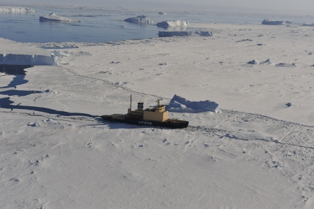 Icebreaker Kapitan Khlebnikov in the ice , Snow  Hill Antarctica 2010 Éditoriale