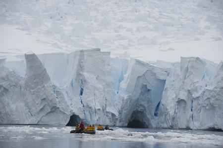Iceberg frente a costa de la Antártida viajar en Zodiak