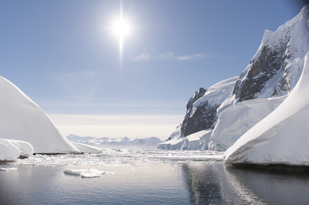 Viajar a la Antártida en el día agradable buque de crucero