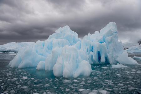 Beautiful view of icebergon the way to North Pole Standard-Bild