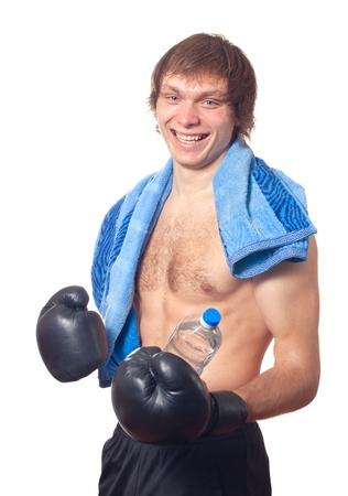 pugilist: Boxeador joven cauc�sica hombre con guantes de boxeo negros sobre fondo blanco. Estudio de un disparo.