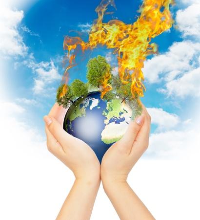 kassen: Vrouwelijk handen die branden van de Aarde als een symbool van opwarming van de aarde of een apocalyps. Stockfoto