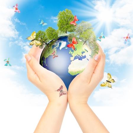 medio ambiente: Manos y la tierra. Concepto guardar verde planeta. S�mbolo de protecci�n del medio ambiente. Foto de archivo