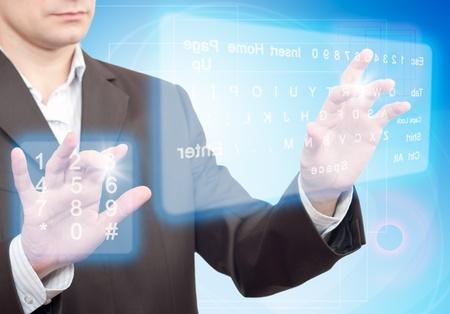 touchscreen: Manos presionando un bot�n en una pantalla t�ctil. Dos Teclado Virtual