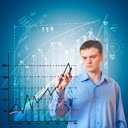 perdidas y ganancias: Empresario dibuja un gr�fico sobre fondo azul