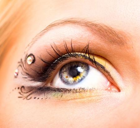 ojos marrones: Cerca de vista hermosa con maquillaje. Belleza y moda Foto de archivo