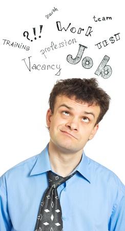 Un portrait d'un jeune homme d'affaires comique perdu dans ses pensées - recherche d'un emploi. Isolé sur un fond blanc