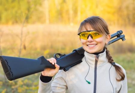 屋外での散弾銃で美しい少女