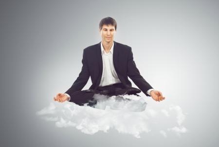 Hombre de negocios sentado en posición de loto en una nube Foto de archivo - 19098838