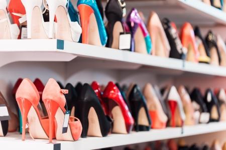 店の棚に靴を背景