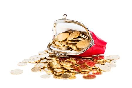 Monedero rojo lleno de monedas de oro sobre un fondo blanco