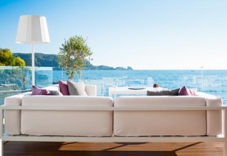 風光明媚な海の景色とモダンなレストランのインテリア