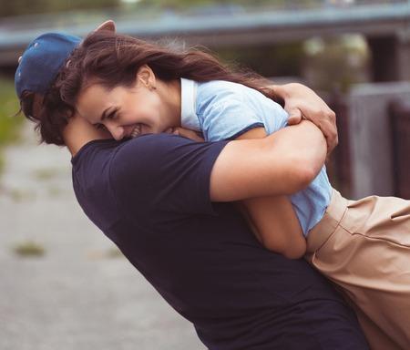 amour couple: Attractive jeune couple dans l'amour - concept de bonheur