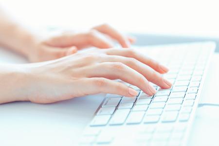 typing: Manos femeninas o mujer oficina trabajador escribiendo en el teclado
