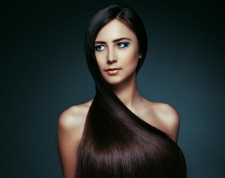 cabello negro: Hermosa chica morena con pelo largo saludable Foto de archivo