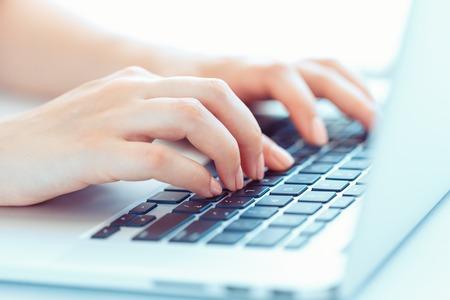 information technology: Manos femeninas o mujer oficina trabajador escribiendo en el teclado