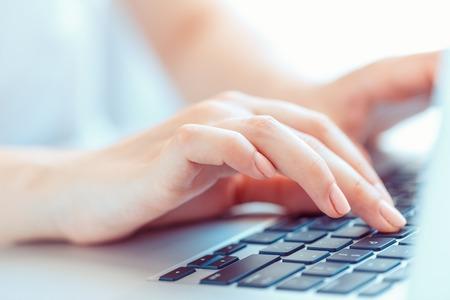 klawiatura: Kobieta ręce kobieta, pracownik biurowy lub pisanie na klawiaturze Zdjęcie Seryjne