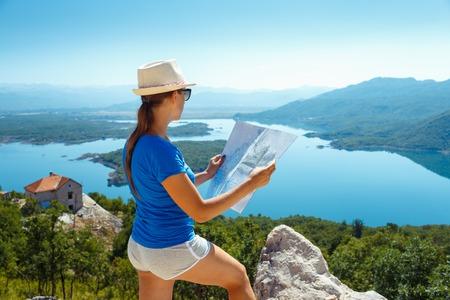 jeune fille: Traveler fille cherchant la bonne direction sur la carte, se d�pla�ant le long Europe, la libert� et le concept de mode de vie actif