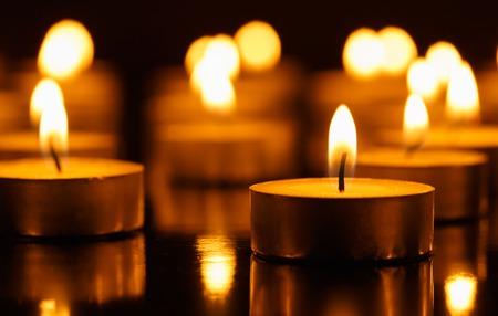 symbol of peace: Muchas velas ardientes con profundidad de campo