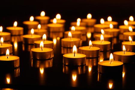 kerze: Viele brennende Kerzen mit flacher Schärfentiefe