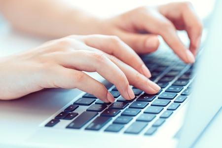 teclado: Manos femeninas o mujer oficina trabajador escribiendo en el teclado