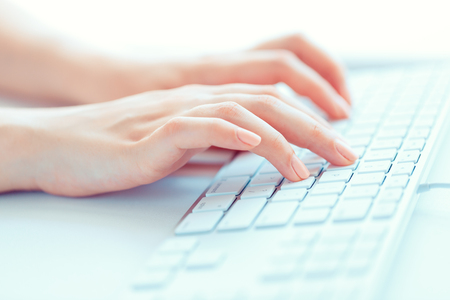 키보드에 여성의 손 또는 여성 회사원 입력