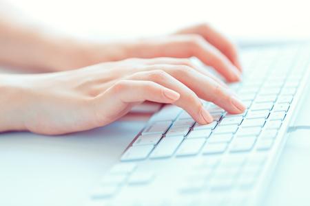 Female hands or woman office worker typing on the keyboard Zdjęcie Seryjne - 47433534