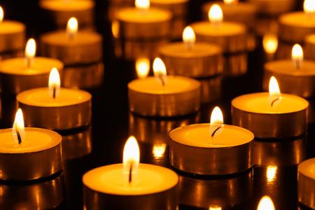 velas de navidad: Muchas velas ardientes con profundidad de campo