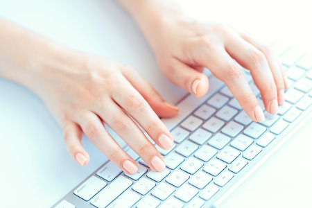klawiatury: Kobieta ręce kobieta, pracownik biurowy lub pisanie na klawiaturze Zdjęcie Seryjne