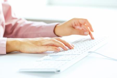 SECRETARIA: Manos femeninas o mujer oficina trabajador escribiendo en el teclado
