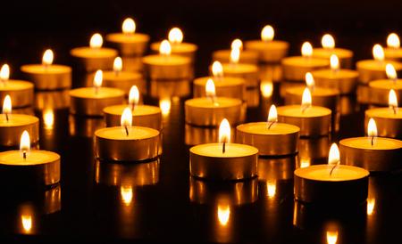 kerze: Viele brennende Kerzen mit flacher Sch�rfentiefe