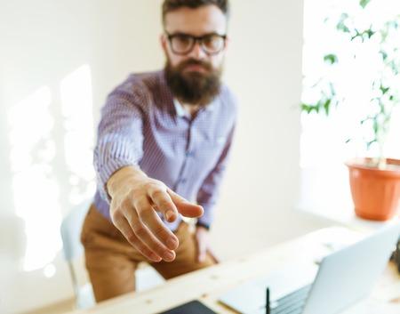 pacto: Barba hombre de negocios con el brazo extendido al apret�n de manos