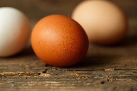 gamme de produit: oeufs de poulet frais sur un fond en bois rustique