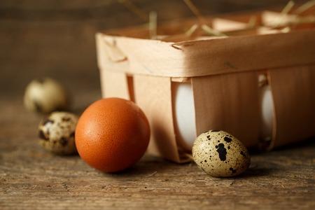gamme de produit: Frais de poulet et oeufs de caille sur un fond en bois rustique Banque d'images