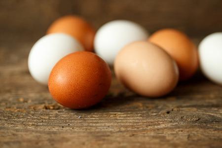 gamme de produit: Fresh chicken eggs on a wooden rustic background