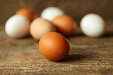 gamme de produit: Fresh chicken eggs on a wooden rustic background