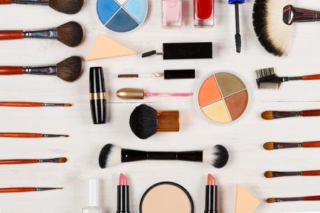 productos de belleza: Varios productos de maquillaje en el fondo de madera blanca