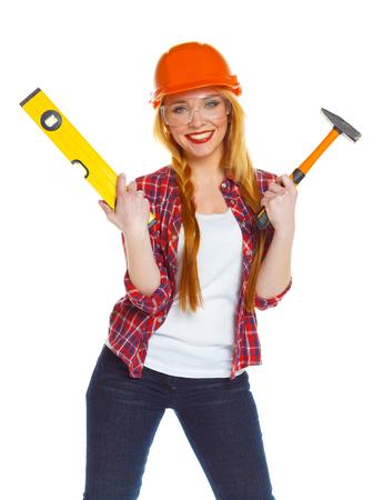 herramientas de trabajo: Mujer joven en casco con las herramientas de trabajo sobre un fondo blanco