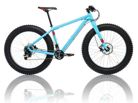 白い背景で隔離の新しい青い自転車