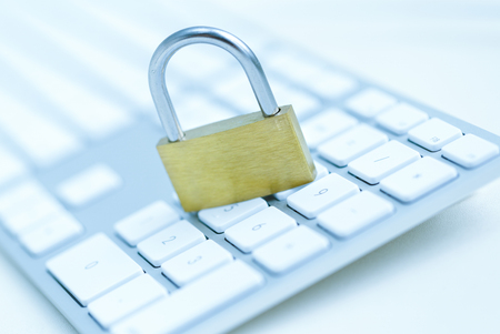 흰색 컴퓨터 키보드 - 컴퓨터 보안 위반 개념에 보안 잠금 장치 스톡 콘텐츠