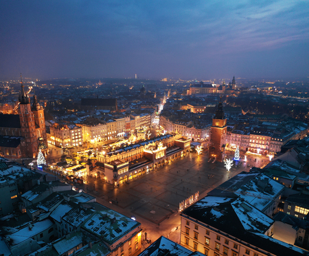 Vue aérienne de la place du marché à Cracovie, Pologne la nuit. Paysage urbain de Noël
