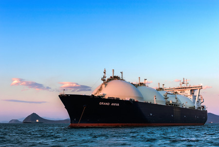 LNG-tanker Grote Aniva bij zonsondergang op de wegen van de haven van Nakhodka. Verre Oosten van Rusland. Oosten (Japan) Zee. 20140331