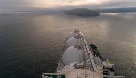 큰 LNG 유조선 및 나란히 서있는 유조선의 상위 뷰.